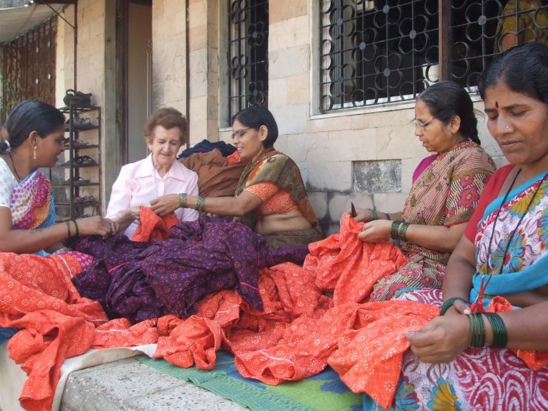 Isabel trabaja junto a miembros de la cooperativa Creative Handicrafts.