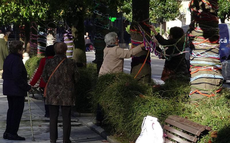 Cadenetas de ganchillo en Oviedo en el Dia de la Discapacidad (3 de dic de 2017). Foto: Ayto de Oviedo.