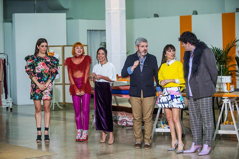 Raquel Sánchez Silva posa con Miranda Makaroff, Paula Ordovás, y el jurado del programa.