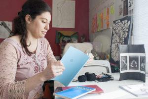 Evyenía Tzortzi, artista textil y joyera, miembro de Hilaku