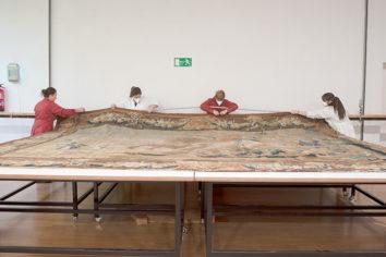 La Real Fábrica de Tapices restaura dos tapices flamencos de la Universidad de Salamanca