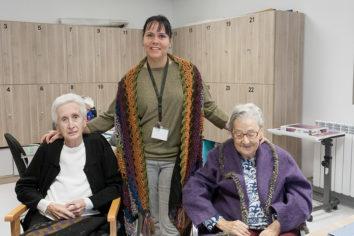 Rosario y Pilar, residentes en la Residencia Campo Romanos (Zaragoza), inauguran `Legado intangible: mujeres que tejieron nuestro presente´